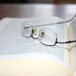 Lesebrille auf Kommentar / copyright by Alexander Schupp